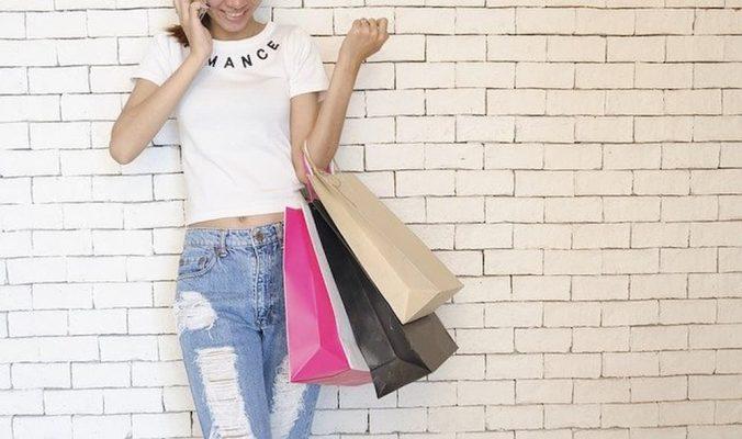 Menina fazendo compras